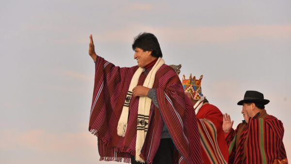 epa05116452 The President of Bolivia, Evo Morales (L) waves during the thanksgiving ceremony to the Pachamama (Mother Earth) for his decade in the presidency of Bolivia, on the old citadel of Tiahuanaco, Bolivia, 21 January 2016. 'Our thanks to ten