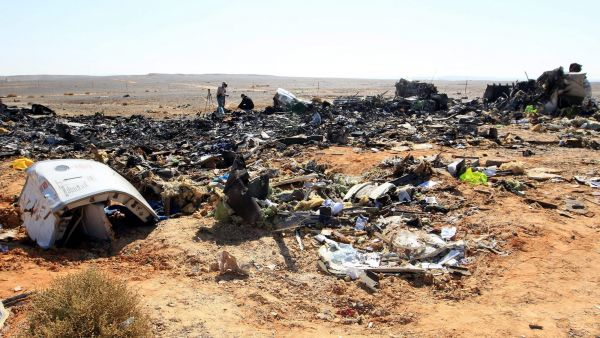 epa05005982 Russian investigators check debris from crashed Russian jet at the site of the crash in Sinai, Egypt, 01 November 2015. Russian officials and experts flew to Egypt's Sinai on 01 November, a day after a Russian passenger airliner crashed