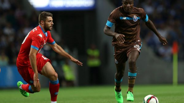 epa04877711 FC Porto's Giannelli Imbula (R) fights for the ball with SSC Napoli¥s David LÛpez, during the friendly soccer match, on FC Porto presentation game to their supporters, at Dragao Stadium, in Porto, north of Portugal, 08 August 2015.  EPA