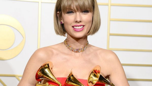 epa05163892 Taylor Swift holds up her awards for Best Music Video, Best Pop Vocal Album, and Album of the Year in the press room for the 58th annual Grammy Awards held at the Staples Center in Los Angeles, California, USA, 15 February 2016.  EPA/MIKE