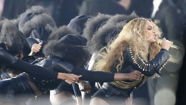 epa05149059 Beyonce (R) performs during the halftime show of the NFL's Super Bowl 50 between the AFC Champion Denver Broncos and the NFC Champion Carolina Panthers at Levi's Stadium in Santa Clara, California, USA, 07 February 2016.  EPA/TANNEN