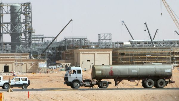 An oil truck seen in the desert at Khurais oil field, about 160 km from Riyadh, Kingdom of Saudi Arabia, 23 June 2008. A top executive at Saudi Aramco said that the company's plans are on track for its Khurais project south of Riyadh which puts put 1
