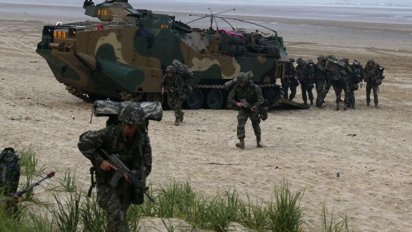 epa04823156 South Korean marines participate in an Amphibious Operation (AMPHOPS) during the annual exercises against a possible attack from North Korea, in Anmyeon Beach, Choongnam-province, 200 km southwest of Seoul, South Korea, 29 June 2015.  EPA/JEON