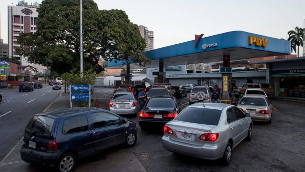 epa05167259 Vehicles queue to stock up on petrol at a Venezuela Oil gas station in Caracas, Venezuela, 17 February 2016. Venezuelan President Nicolas Maduro announced a 6,158 per cent increase in the 95 octane gas price and a 1,282 increase in the 91