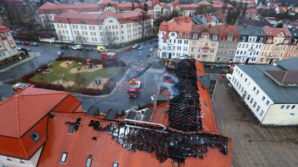 epa05173640 A general view of the burnt roof of a planned refugee home in Bautzen, Germany, 21 February 2016. The building was last used as a hotel and was being reconstructed. According to first reports no one was injured during the blaze.  EPA/CHRISTIAN