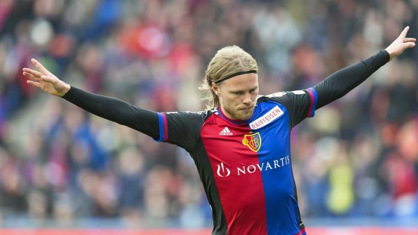epa05047095 Basel's Birkir Bjarnason celebrates after scoring the 1-0 lead during the Swiss Super League soccer match between FC Basel 1893 and FC Luzern at St. Jakob-Park stadium in Basel, Switzerland, 29 November 2015.  EPA/GEORGIOS KEFALAS