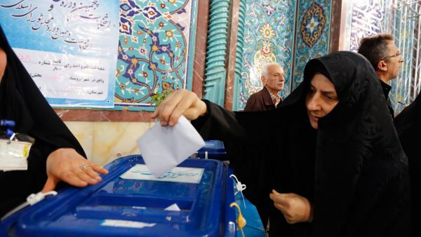 epa05181303 An Iranian woman casts her vote in the parliamentary and Experts Assembly election at a polling station at Ershad Mosque in Tehran, Iran, 26 February 2016. Nearly 55 million voters will elect on 26 February the representatives out of 6,229