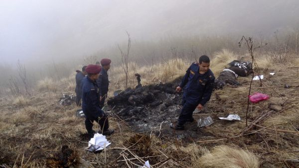 epa05178789 Nepalese police officers search for victims at the crash site of the Tara airlines plane in Dana village, Myagdi district of Nepal, 24 February 2016. A Twin Otter aircraft of Tara Airlines carrying 23 passengers crashed in the mountains of