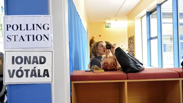 epaselect epa05181713 A TV journalist fixes her make up while waiting for the arrival of Irish Prime minister Enda Kenny to arrive to cast his vote at a polling station in Castlebar, County Mayo, Ireland, 26 February 2016. Irish voters go to the polls in