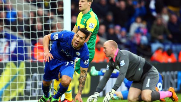 epa05184016 Leicester City's Leonardo Ulloa (L) celebrates after scoring the winning goal during the English Premier League soccer match between Leicester City and Norwich City in Leicester, Britain, 27 February 2016. Leicester won 1-0.  EPA/TIM