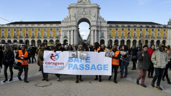 epa05184124 People gather on the occasion of a European march during a demonstration for the rights of refugees, in Lisbon, Portugal, 27 February 2016. More than 65 cities in 17 countries organized actions and demonstrations to demand safe passage for