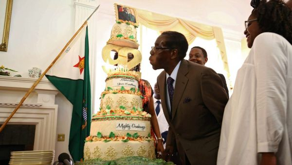 epa05175245 Zimbabwean President Robert Mugabe blows out the candles on his birthday cake during his birthday event at state house in Harare, Zimbabwe, 22 February 2016. Mugabe, who has been ruling the country since 1987, turned 92 on 21 February 2016.