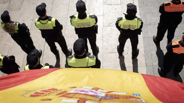 epa04657648 Spanish police agents during the tribute act for the 11M terrorist attacks victims held at Alcala de Henares' train station in Madrid, Spain, 11 March 2015. Spain commemorates the 11th anniversary of the biggest terrorist attack in the