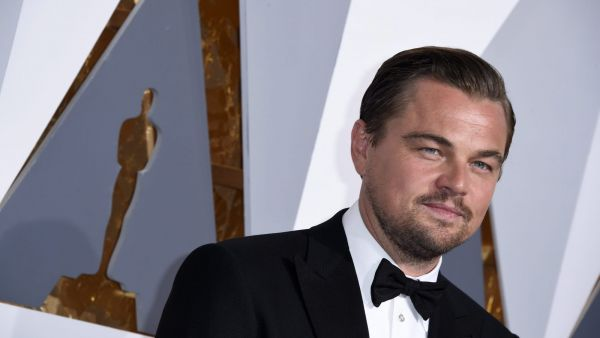 epa05186199 Leonardo DiCaprio arrives for the 88th annual Academy Awards ceremony at the Dolby Theatre in Hollywood, California, USA, 28 February 2016. The Oscars are presented for outstanding individual or collective efforts in 24 categories in