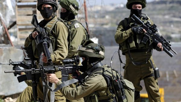 epaselect epa05181882 Israeli army soldiers aim their weapons at Palestinians during a demonstration at Kiryat Arba settlement near the West Bank City of Hebron, 26 February 2016. Supported by Israeli peace activists, Palestinians held another annual