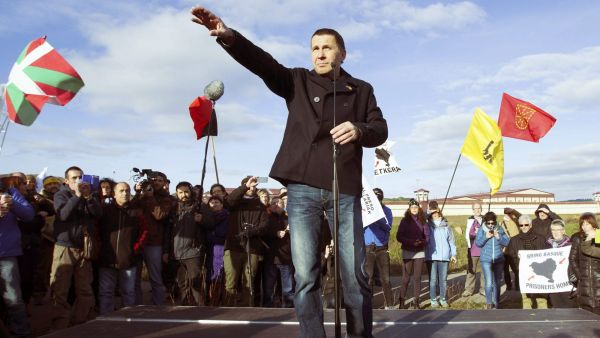 epa05188404 Leader of the Abertsale Basque separatist party Sortu, Arnaldo Otegi (C), speaks to supporters after his releasing from the prison of Logrono, in the province of La Rioja, Spain, 01 March 2016. Otegi left the prison after serving a six-and-a