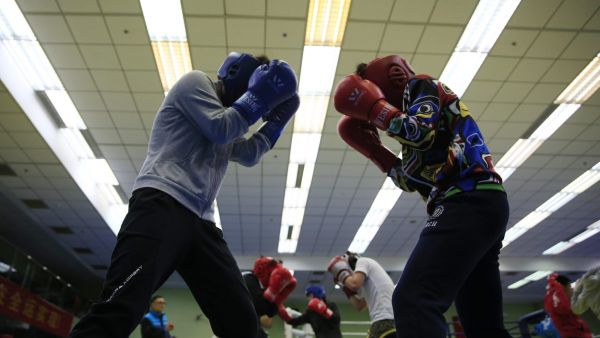epaselect epa05138286 (07/24) Members of the Beijing Women's Boxing team practice sparring during training in Shichahai Sports school in Beijing, China, 26 January 2016.  In Beijing's Shichahai sports school, sixteen young women aged between 15