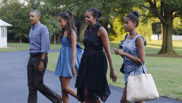 epa04895462 US President Barack Obama (L), daughters Sasha (2-L), Malia (R) and wife Michelle arrive at the White House in Washington DC, USA, 23 August 2015, upon their return from vacationing at Martha's Vineyard.  EPA/Olivier Douliery / POOL