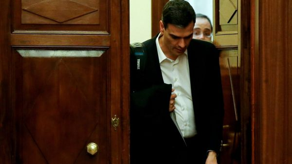 epa05195126 Spanish Socialist Party leader Pedro Sanchez leaves after losing the second investiture debate at the Lower House of Spanish Parliament, in Madrid, Spain, 04 March 2016. Spain's Socialist Party has failed for the second time to gain