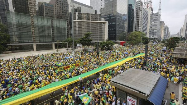epa05210147 Protesters gather at the Paulista avenue in Sao Paulo, Brazil, on 13 March 2016, to demand the dismissal of Brazilian President Dilma Rousseff. The first demonstrations were reported in some cities in the north and northeast of the country