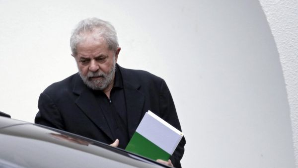 epa05203042 Former Brazilian President Luiz Inacio Lula da Silva leaves a breakfeast meeting in Brasilia, Brazil, 09 March 2016. Lula on 08 March presented an appeal to the Supreme Court to suspend the corruption investigations against him until a