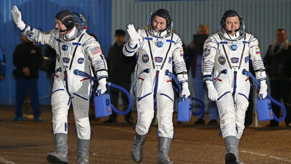 epaselect epa05219035 Members of main crew expedition 47/48 to International Space Station (ISS) US astronaut Jeffrey Williams (R), Russian cosmonaut Oleg Skripochka (L) and Russian cosmonaut Alexei Ovchinin (C) attend a sending-off ceremony at the