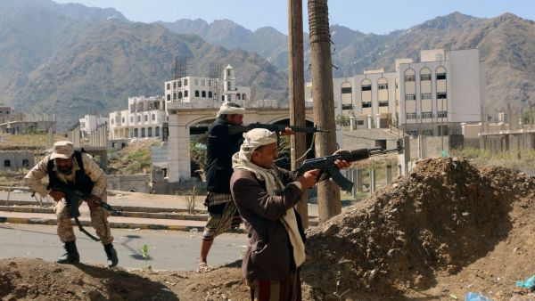 epa05206549 Fighters loyal to Saudi-backed Yemeni government take positions during clashes with Houthi rebels and their allies in the central city of Taiz, Yemen, 11 March 2016. According to reports, Saudi-backed Yemeni forces have advanced in the central