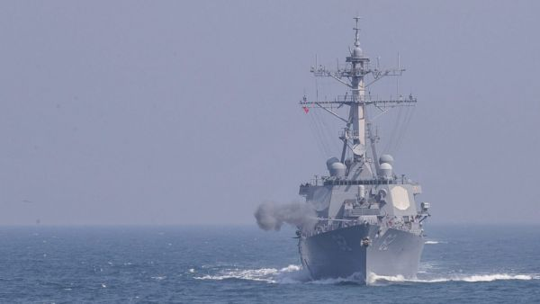 epa05230181 A handout picture provided by the South Korean Navy on 25 March shows the missile-guided destroyer USS Fitzgerald engaging in a live-fire drill in waters off South Korea's western coast, 25 March 2016, as the South Korean and United