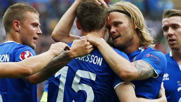 epa05383818 Jon Dadi Bodvarsson (C) of Iceland celebrates with his teammates after scoring the 1-0 lead during the UEFA EURO 2016 group F preliminary round match between Iceland and Austria at Stade de France in Saint-Denis, France, 22 June 2016.