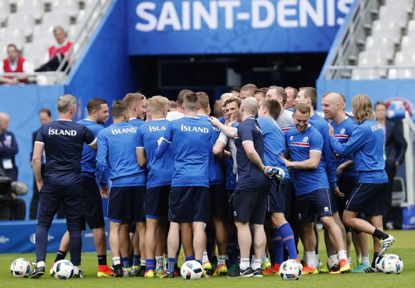 epa05381994 Iceland's players huddle before taking part in their team training session at Stade de France in Saint-Denis, near Paris, France 21 June 2016. Iceland will face Austria in the UEFA EURO 2016 group F soccer match on 22 June 2016.