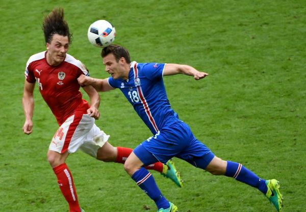 epa05384194 Julian Baumgartlinger (L) of Austria and Elmar Bjarnason of Iceland in action during the UEFA EURO 2016 group F preliminary round match between Iceland and Austria at Stade de France in Saint-Denis, France, 22 June 2016.