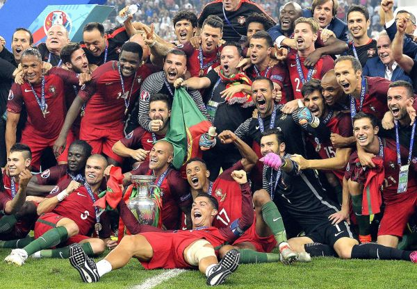 epa05419889 Cristiano Ronaldo (C) of Portugal celebrates with teammates and the trophy after winning the UEFA EURO 2016 Final match between Portugal and France at Stade de France in Saint-Denis, France, 10 July 2016.