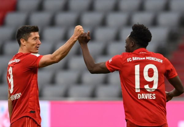 epa08454682 Bayern Munich's Polish forward Robert Lewandowski (L) and Bayern Munich's Canadian midfielder Alphonso Davies celebrate the 5-0 during the German Bundesliga soccer match between FC Bayern Munich and Fortuna Duesseldorf at the Allianz Arena stadium in Munich, southern Germany, 30 May 2020.  EPA-EFE/CHRISTOF STACHE / POOL CONDITIONS - ATTENTION:  The DFL regulations prohibit any use of photographs as image sequences and/or quasi-video.