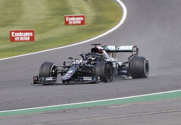 epa08580603 British Formula One driver Lewis Hamilton of Mercedes-AMG Petronas having a flat tyre during the 2020 Formula One Grand Prix of Great Britain at the Silverstone Circuit, in Northamptonshire, Britain, 2 August 2020.  EPA-EFE/Andrew Boyers / Pool