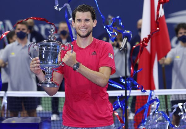 epa08667451 Dominic Thiem of Austria holds up the Championship Trophy after defeating Alexander Zverev of Germany in the Men's Final match on the fourteenth day of the US Open Tennis Championships the USTA National Tennis Center in Flushing Meadows, New York, USA, 13 September 2020. Due to the coronavirus pandemic, the US Open is being played without fans and runs from 31 August through 13 September.  EPA-EFE/JUSTIN LANE