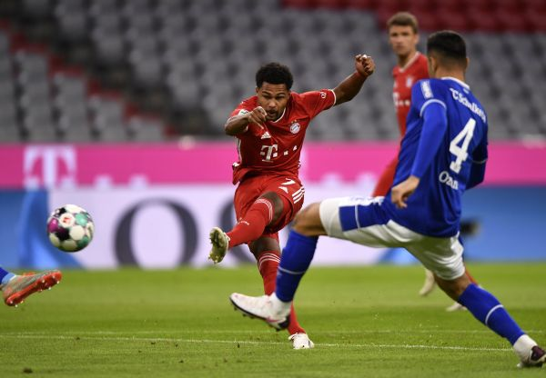 epaselect epa08679457 Bayern's Serge Gnabry (C) scores the opening goal during the German Bundesliga soccer match between FC Bayern Munich and FC Schalke 04 in Munich, Germany, 18 September 2020.  EPA-EFE/LUKAS BARTH-TUTTAS CONDITIONS - ATTENTION: The DFL regulations prohibit any use of photographs as image sequences and/or quasi-video.
