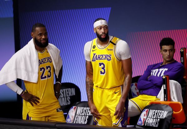 epa08680087 Los Angeles Lakers forward LeBron James (L), Los Angeles Lakers forward Anthony Davis (C), and Los Angeles Lakers forward Kyle Kuzma (R) watch from the bench the final minutes of the NBA basketball Western Conference finals playoff game one between the Denver Nuggets and the Los Angeles Lakers at the ESPN Wide World of Sports Complex in Kissimmee, Florida, USA, 18 September 2020.  EPA-EFE/ERIK S. LESSER SHUTTERSTOCK OUT
