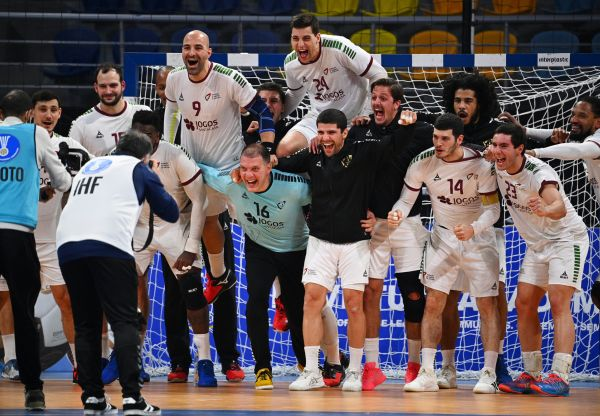 epa08958161 Players of Portugal celebrate after winning the Main Round match between Switzerland and Portugal at the 27th Men's Handball World Championship in Cairo, Egypt, 22 January 2021.  EPA-EFE/Anne-Christine Poujoulat / POOL