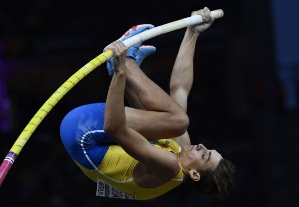 epa06946518 Armand Duplantis of Sweden competes in the men's Pole Vault final at the Athletics 2018 European Championships in Berlin, Germany, 12 August 2018.  EPA-EFE/FILIP SINGER