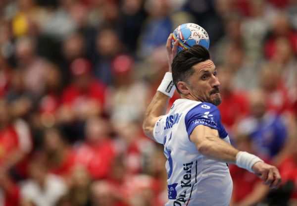 epa08125376 Iceland's Alexander Petersson in action during the Men's EHF EURO 2020 Handball preliminary round match between Iceland and Russia in Malmo, Sweden, 13 January 2020.  EPA-EFE/ANDREAS HILLERGREN  SWEDEN OUT