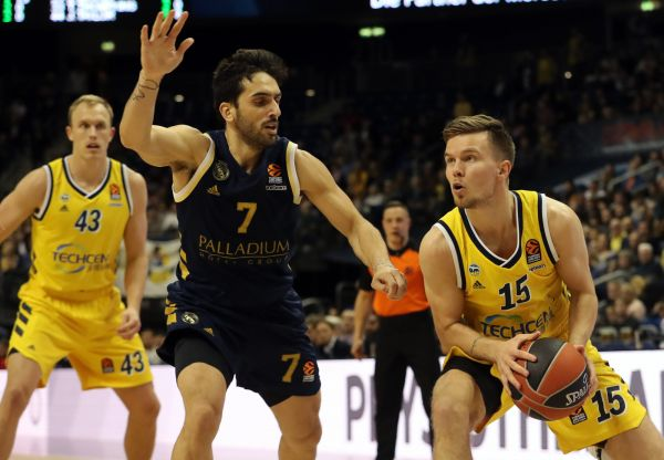 epa08198613 Real Madrid's Facundo Campazzo (C) and Alba Berlin's Martin Hermannsson (R) in action during the Euroleague basketball match between Alba Berlin vs Real Madrid at the Mercedes Benz Arena in Berlin, Germany, 06 February 2020.  EPA-EFE/HAYOUNG JEON