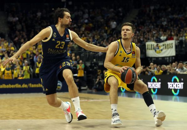 epa08198663 Real Madrid's Sergio Llull (L) and Alba BerlinÕs Martin Hermannsson in action during the Euroleague basketball match between Alba Berlin vs Real Madrid at the Mercedes Benz Arena in Berlin, Germany, 06 February 2020.  EPA-EFE/HAYOUNG JEON