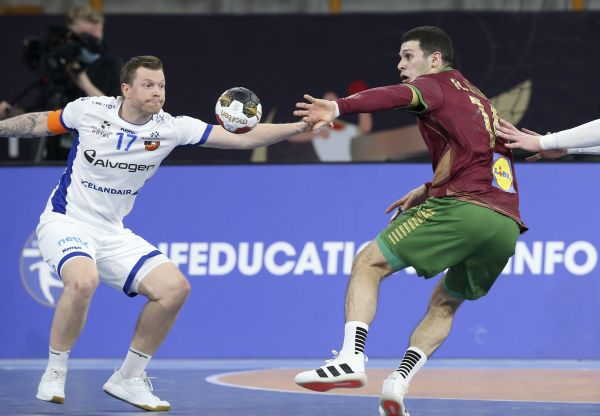 epa08938022 Rui Silva (R) of Portugal in action against Arnor por Gunnarsson (L) of Iceland during the match between Portugal and Iceland at the 27th Men's Handball World Championship in Cairo, Egypt, 14 January 2021.  EPA-EFE/Khaled Elfiqi / POOL
