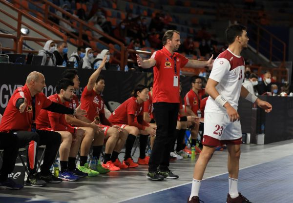 epa08943958 A handout photo made available by Egypt Handball 2021 of the head coach of Japan Dagur Sigurdsson (C) during the match between Qatar and Japan at the 27th Men's Handball World Championship in Alexandria, Egypt, 17 January 2021.  EPA-EFE/Hazem Gouda / Egypt Handball 2021 HANDOUT SHUTTERSTOCK OUT HANDOUT EDITORIAL USE ONLY/NO SALES HANDOUT EDITORIAL USE ONLY/NO SALES
