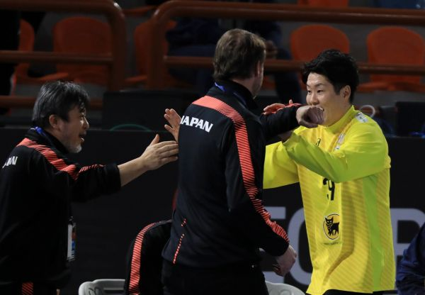 epa08948955 A handout photo made available by Egypt Handball 2021 of goalkeeper Takumi Nakamura (R) of Japan celebrates with head coach of Japan Dagur Sigurdsson (C) and a member of coaching staff after the match between Japan and Angola at the 27th Men's Handball World Championship in Alexandria, Egypt, 19 January 2021.  EPA-EFE/Hazem Gouda / Egypt Handball 2021 HANDOUT  SHUTTERSTOCK OUT HANDOUT EDITORIAL USE ONLY/NO SALES