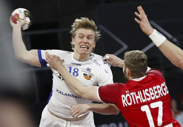epa08951736 Iceland's Gisli Porgeir Kristjansson (L) in action against Switzerland's Samuel Rothlisberger (R) during the match between Switzerland and Iceland at the 27th Men's Handball World Championship in Cairo, Egypt, 20 January 2021.  EPA-EFE/Petr Josek / POOL