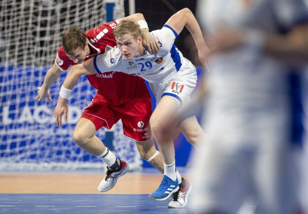 epa08952607 Switzerland's Roman Sidorowicz (L) and Ellidi Snaer Vidarsson of Iceland in action during the main round match between Switzerland and Iceland at the 27th Men's Handball World Championship in Cairo, Egypt, 20 January 2021.  EPA-EFE/URS FLUEELER