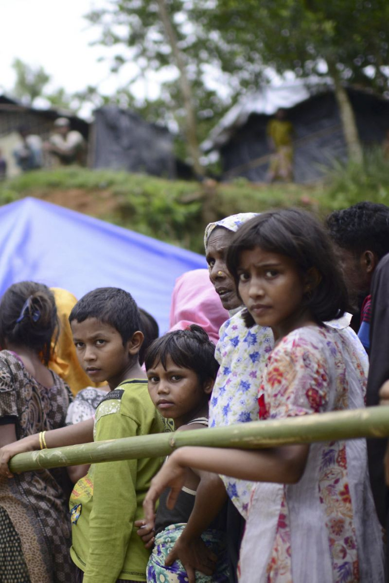 epa06215399 Rohingya refugees queue to receive relief in front of makeshift tents in Ukhiya, Bangladesh, 20 September 2017. Myanmar's State Counsellor Aung San Suu Kyi on 19 September said the governments of Myanmar and neighboring Bangladesh were